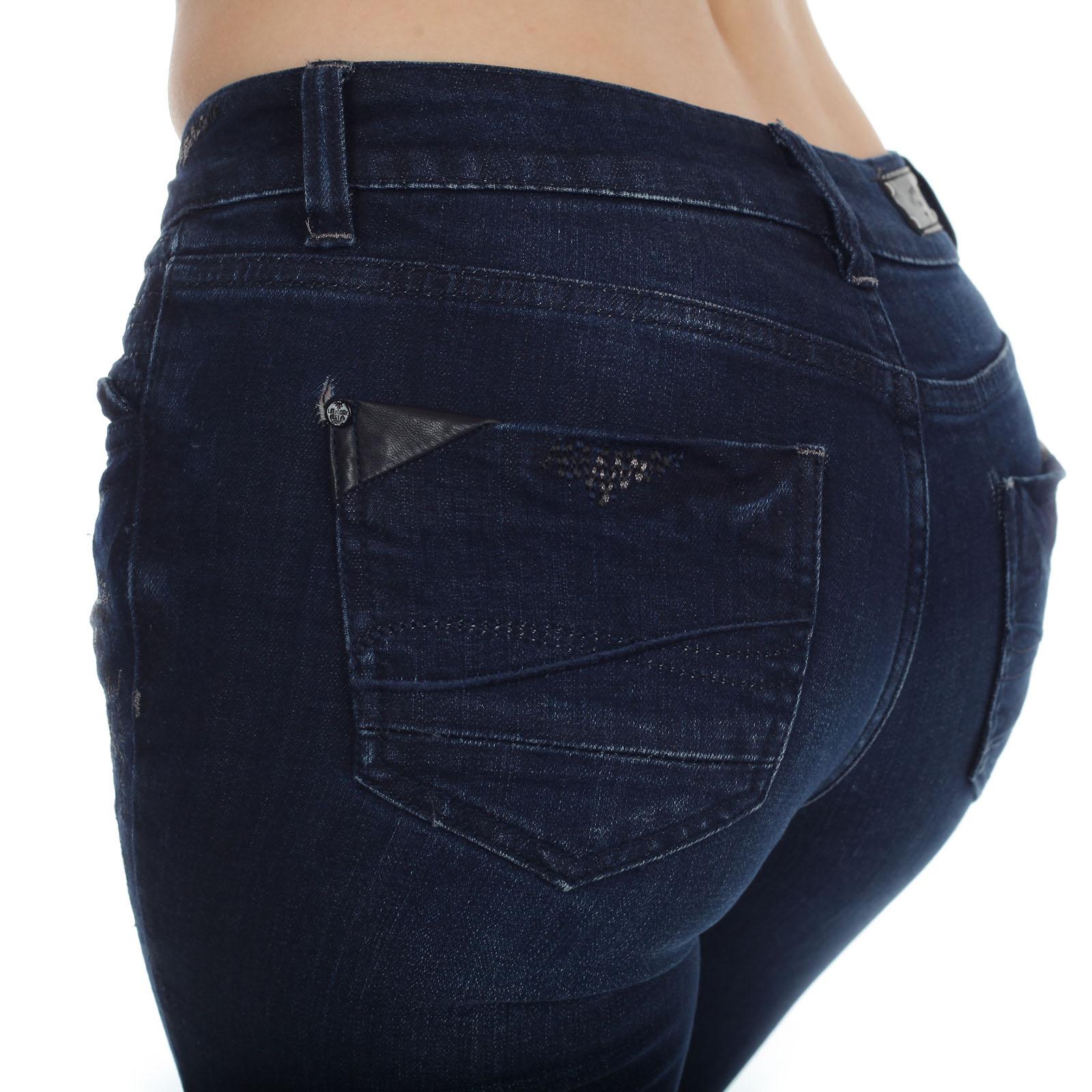 Модные женские джинсы L.M.V. с вышивкой и аппликациями на карманах.