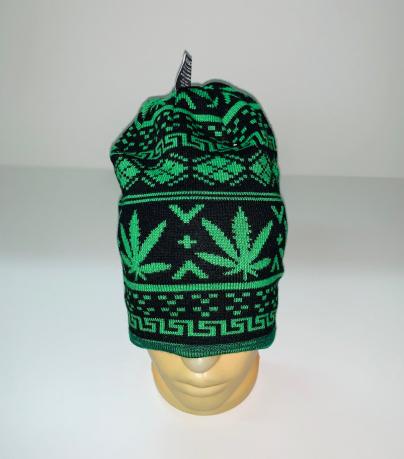 Молодежная шапка с зеленым узором