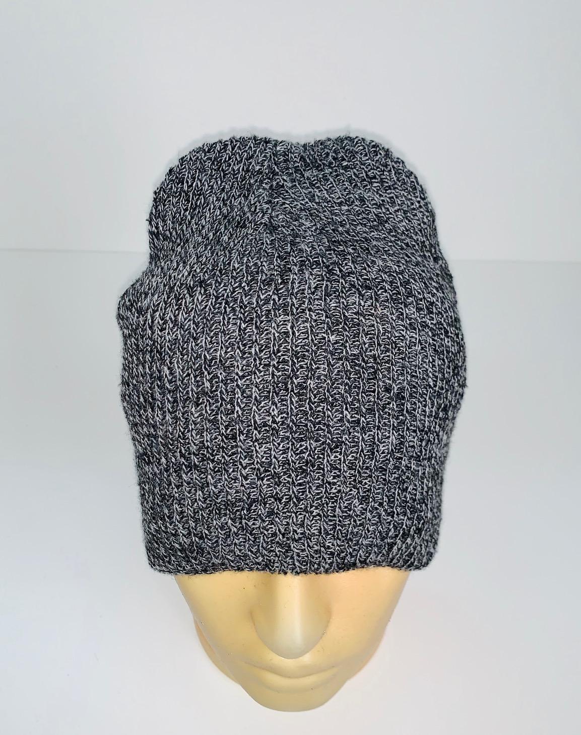 Молодежная шапка цвета серый меланж
