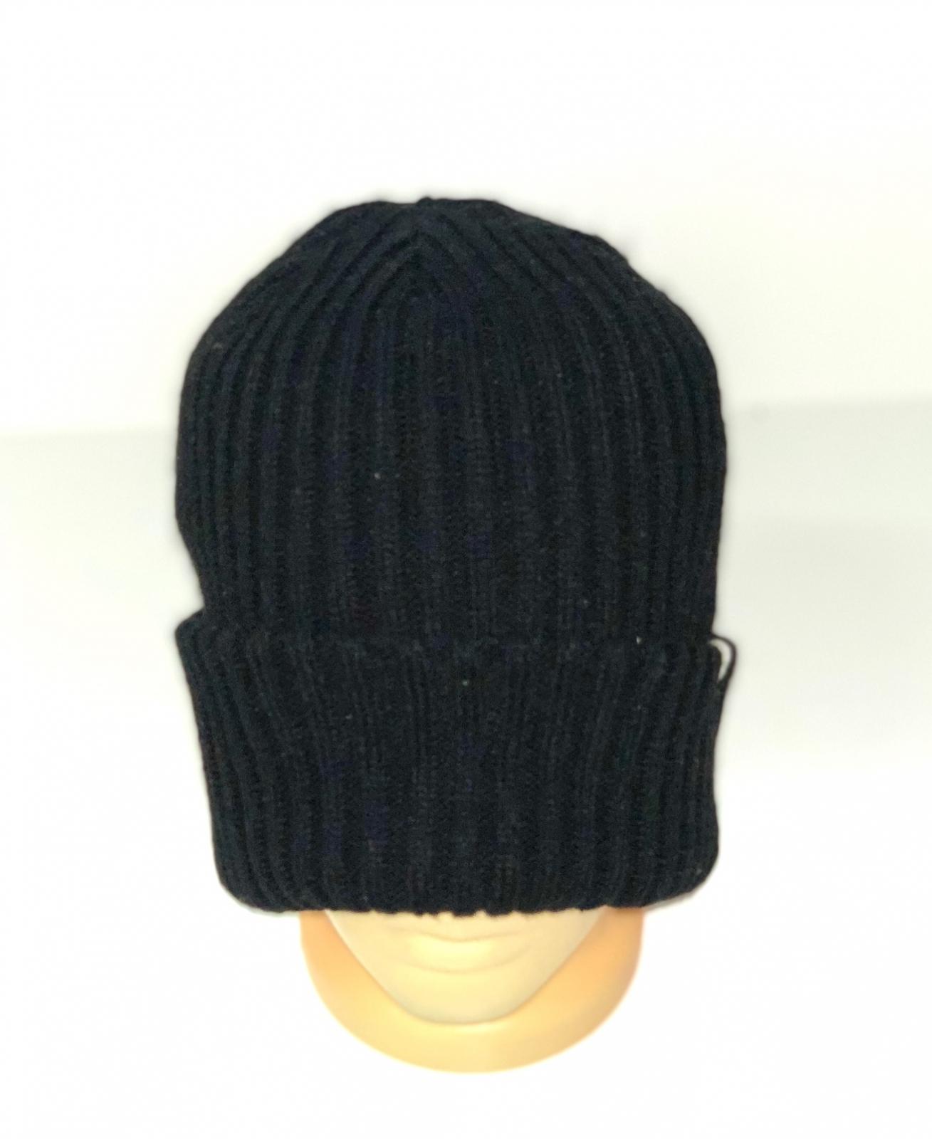 Молодежная вязаная шапка черного цвета