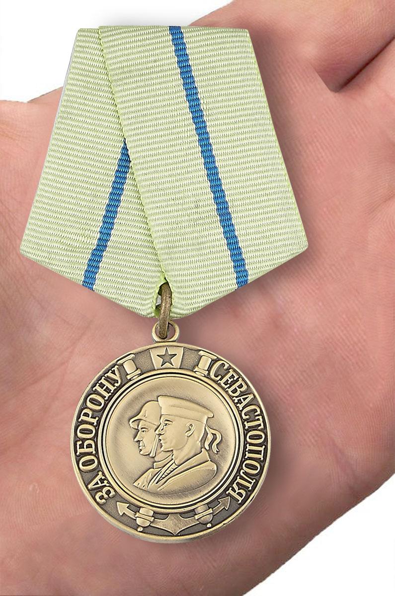"""Медаль """"За оборону Севастополя"""" (муляж) - вид на ладони"""
