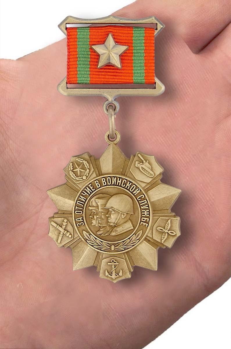 """Муляж медали """"За отличие в воинской службе"""" I степени - вид на ладони"""