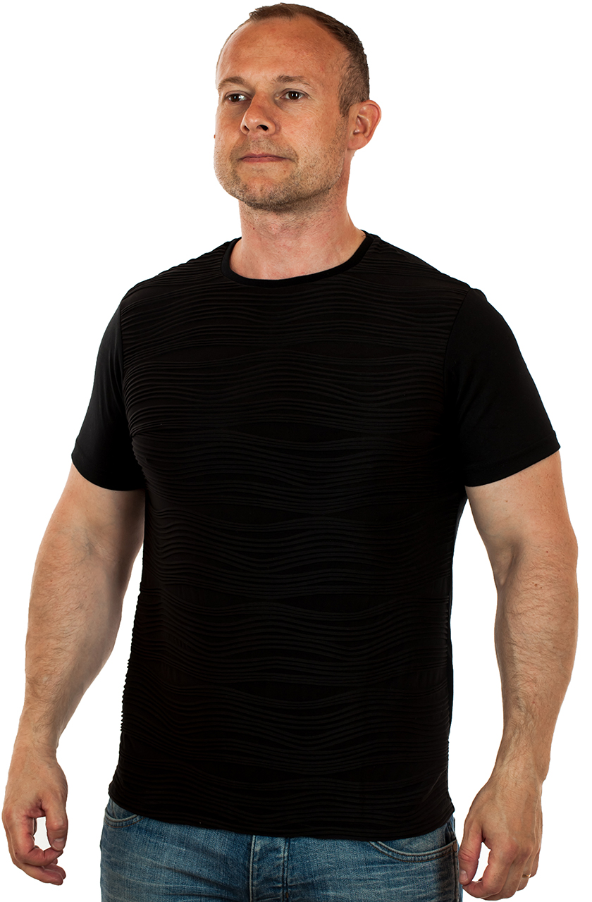Черная мужская футболка для стильных парней