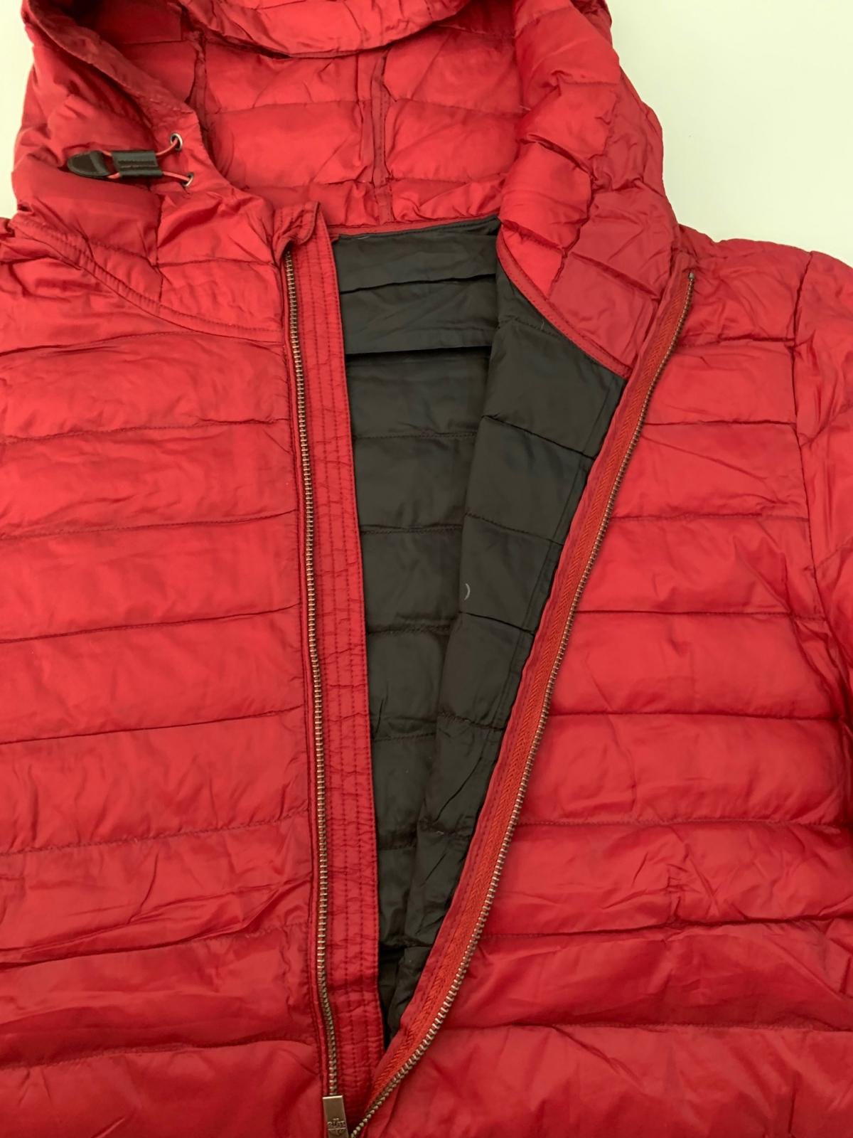 Мужская лаконичная куртка красного цвета