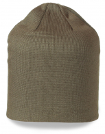 Однотонная шапка светлого цвета