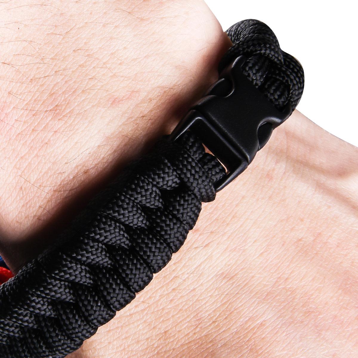 Мужской браслет из шнура на запястье