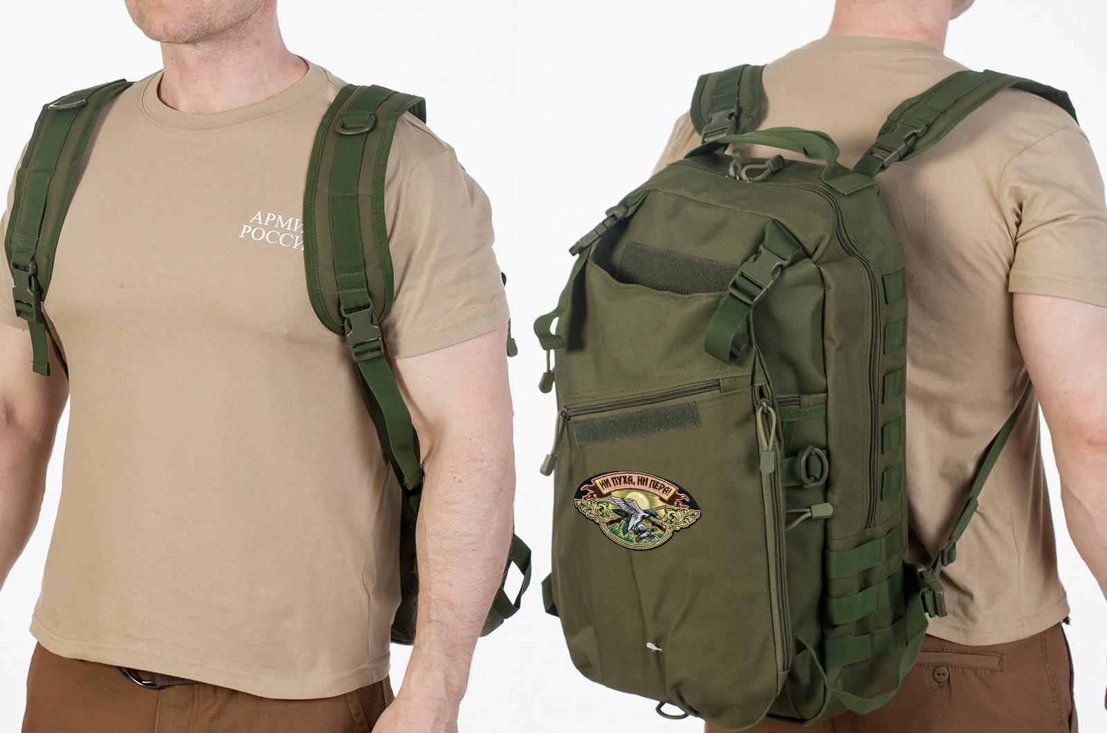 Мужской вместительный рюкзак с нашивкой Ни Пуха ни Пера - заказать в розницу