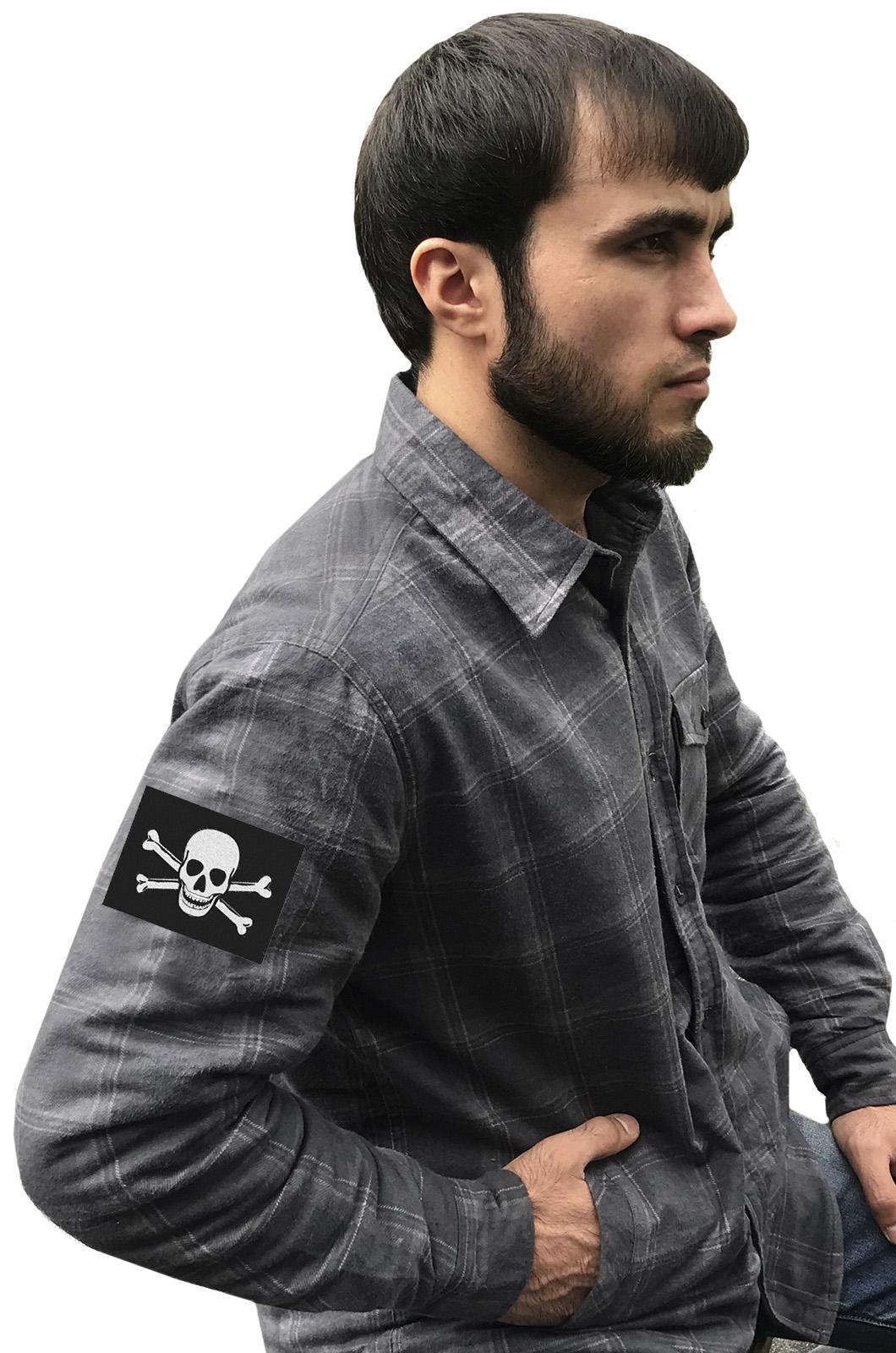Надежная рубашка с вышитым пиратским шевроном - купить в Военпро