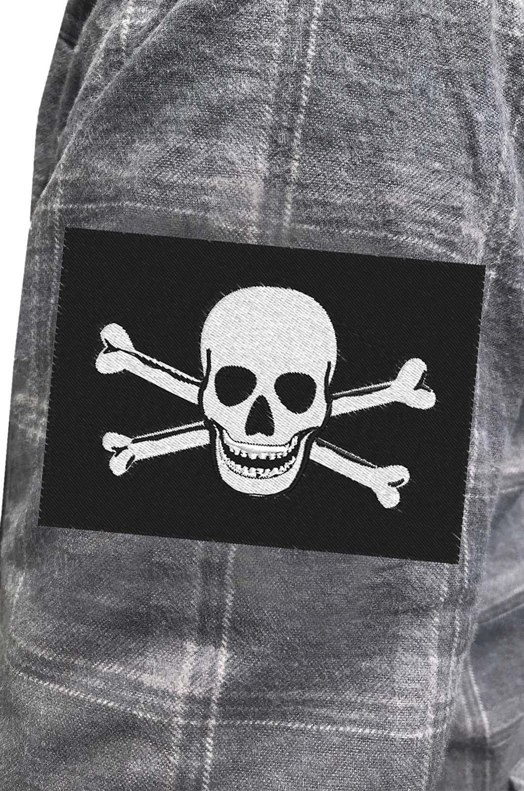 Надежная рубашка с вышитым пиратским шевроном - купить в розницу