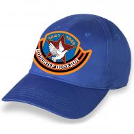 Надежная ярко-синяя бейсболка с термонаклейкой Волонтер Победы