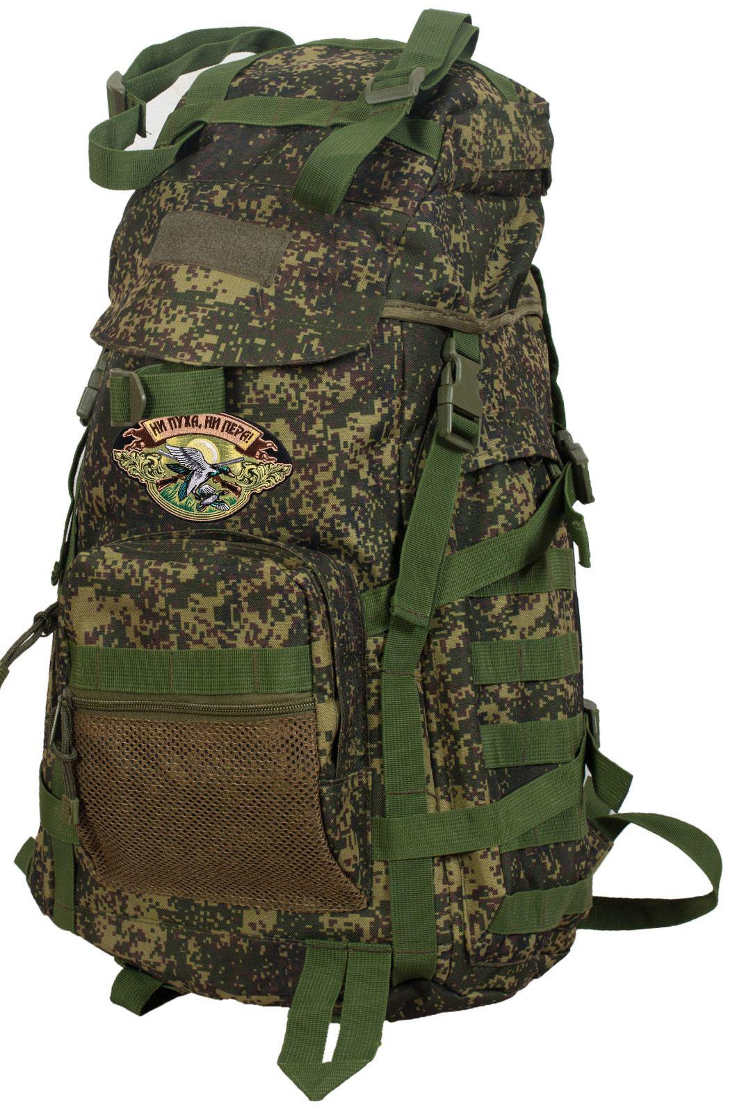 Надежный камуфлированный рюкзак с нашивкой НИ ПУХА, НИ ПЕРА! - купить онлайн