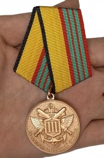 Наградная медаль МО РФ За отличие в военной службе III степени - вид на ладони
