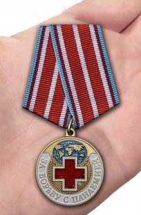 Наградная медаль За борьбу с пандемией - вид на ладони