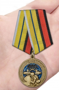Наградная медаль За службу в артиллерийской разведке - вид на ладони