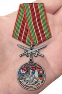 Наградная медаль За службу в Выборгском пограничном отряде - вид на ладони