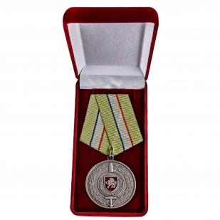 Наградная медаль За защиту Республики Крым - в футляре