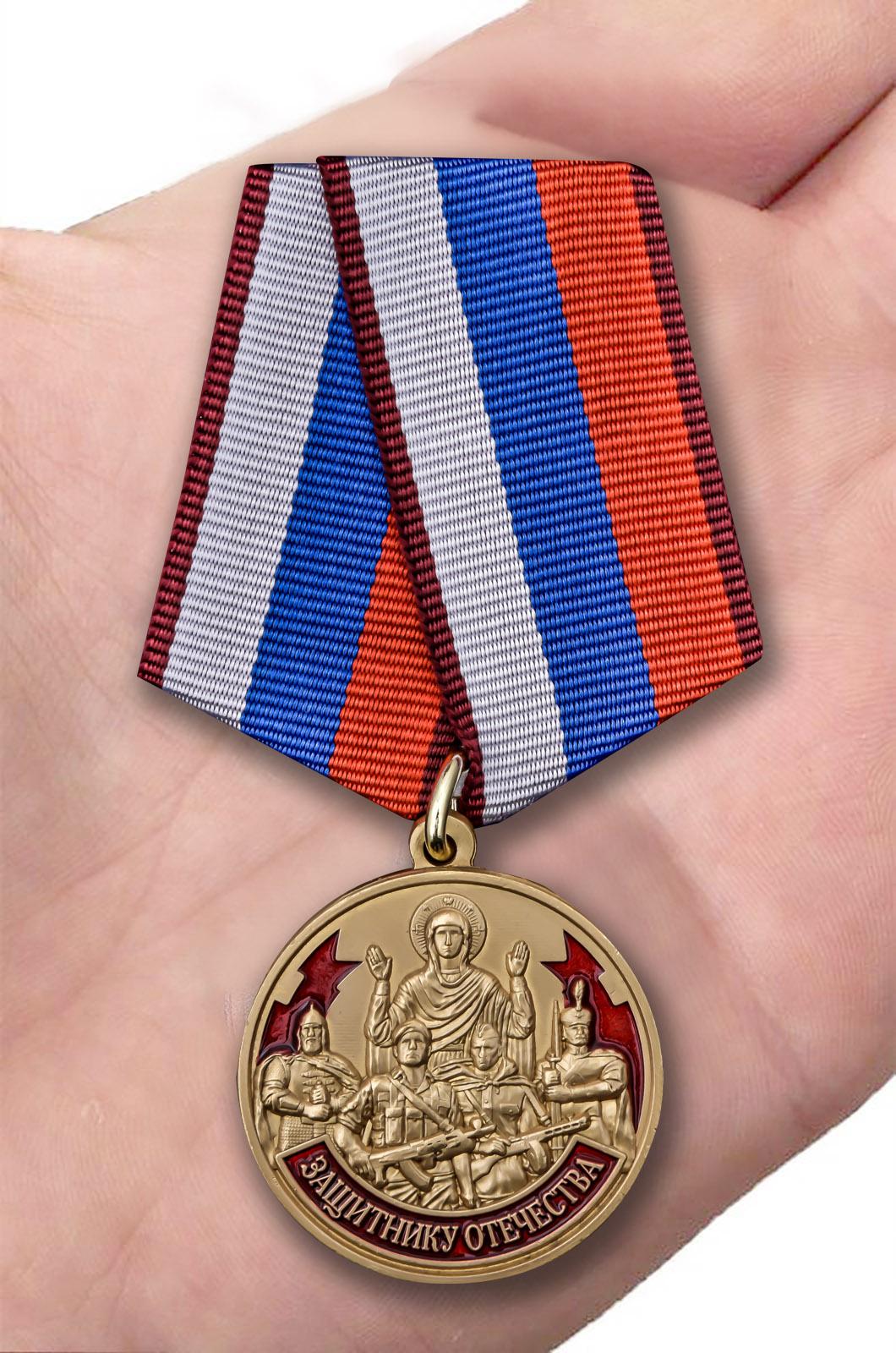Наградная медаль Защитнику Отечества 23 февраля - вид на ладони