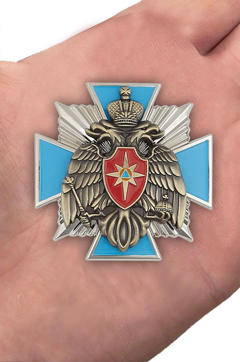 Наградной крест МЧС России в оригинальном футляре из флока - вид на ладони