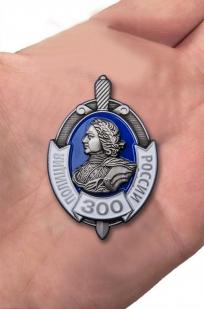Наградной знак 300 лет Российской полиции - вид на ладони