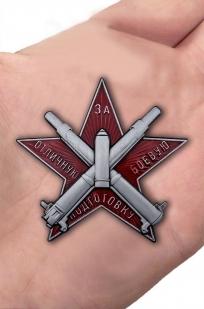 Наградной знак За отличную боевую подготовку - вид на ладони