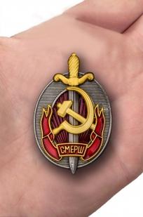Наградной знак Заслуженный работник СМЕРШ - вид на ладони