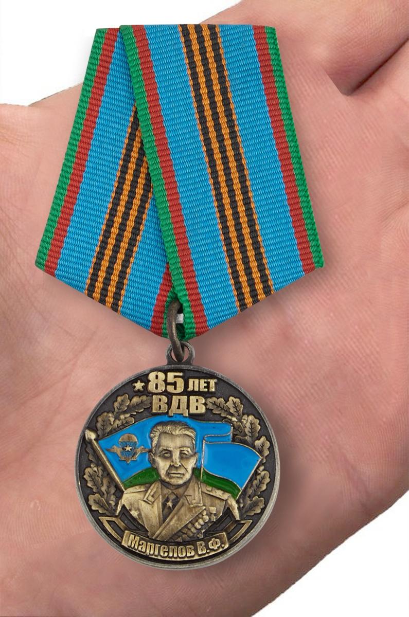Нагрудная медаль ВДВ с изображением Маргелова В Ф - вид на ладони
