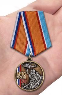 Нагрудная медаль 30 лет МЧС России - вид на ладони