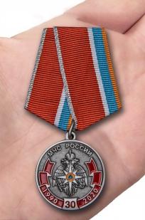 Нагрудная медаль к 30-летию МЧС России - вид на ладони