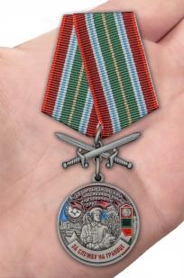 Нагрудная медаль За службу в Биробиджанском пограничном отряде - вид на ладони
