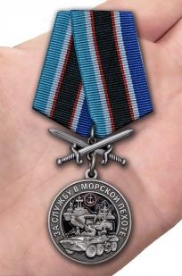 Нагрудная медаль За службу в Морской пехоте - вид на ладони