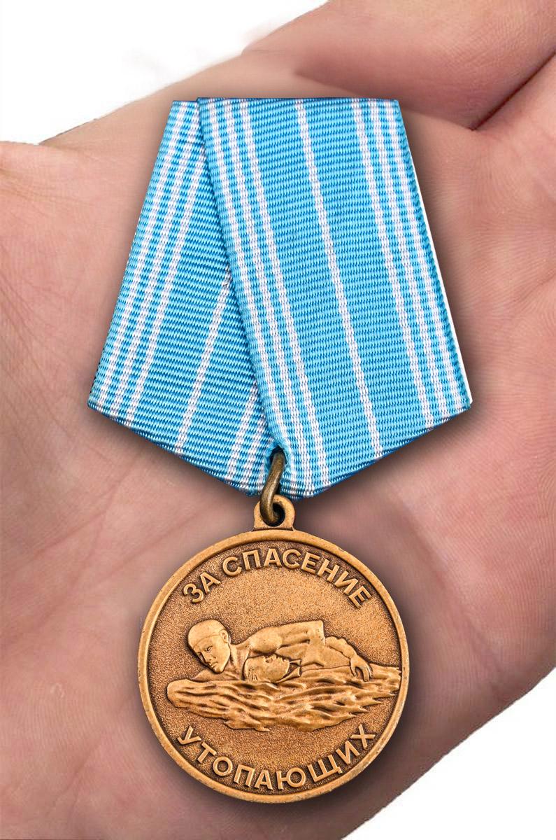 Нагрудная медаль За спасение утопающих СССР - вид на ладони