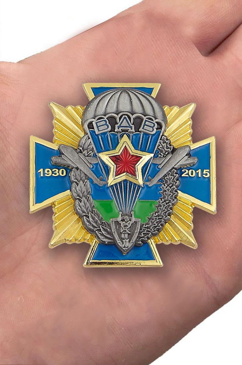 """Нагрудный крест ВДВ """"1930 - 2015"""" в бархатистом футляре бордового цвета - вид на ладони"""