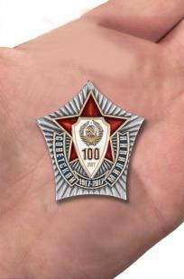 """Нагрудный знак """"100 лет Советской милиции"""" в оригинальном футляре с покрытием из флока - вид на ладони"""