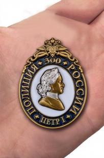 """Нагрудный знак """"300 лет полиции России"""" в бархатистом футляре с прозрачной крышкой - вид на ладони"""