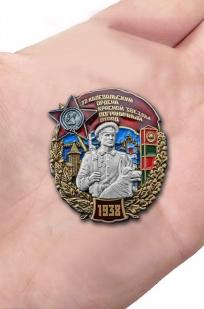 Нагрудный знак 72 Калевальский ордена Красной звезды пограничный отряд - вид на ладони