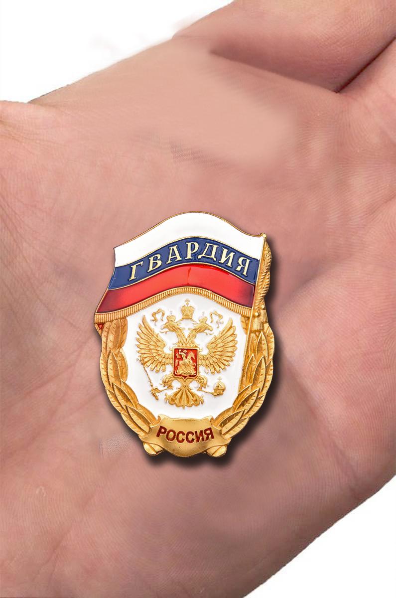 Нагрудный знак Гвардия России - на ладони