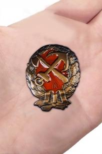 Нагрудный знак Красного командира ж.д. войск - вид на ладони