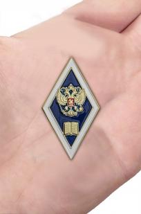 Нагрудный знак Об окончании гуманитарного ВУЗа РФ - вид на ладони