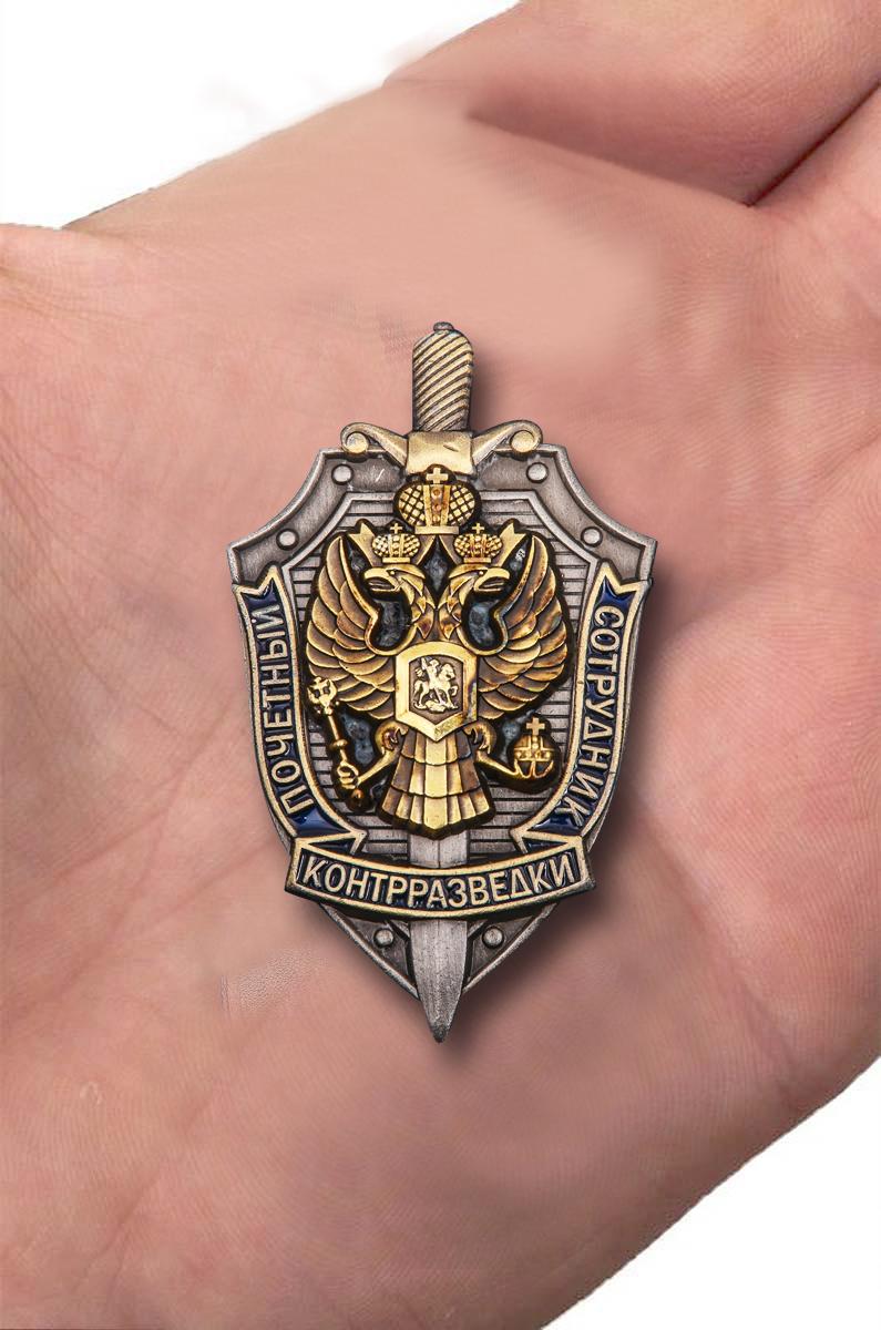 """Нагрудный знак """"Почетный сотрудник контрразведки"""" - вид на ладони"""