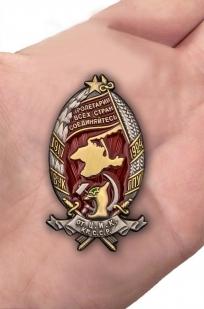 Нагрудный знак ВЧК-ГПУ От Ц.И.К. Крымской ССР (1917-24) - вид на ладони
