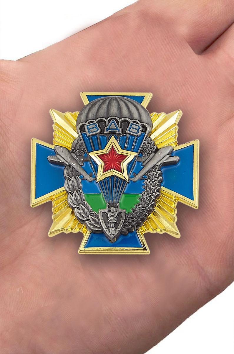 """Нагрудный знак """"ВДВ СССР"""" - вид на ладони"""