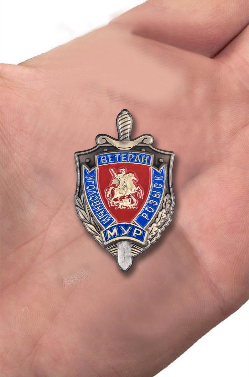 """Нагрудный знак """"Ветеран Уголовного розыска"""" - вид на ладони"""