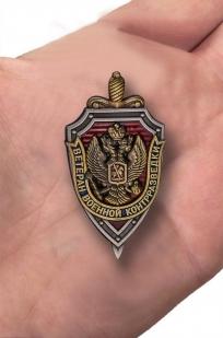 """Нагрудный знак """"Ветеран военной контрразведки"""" - вид на ладони"""