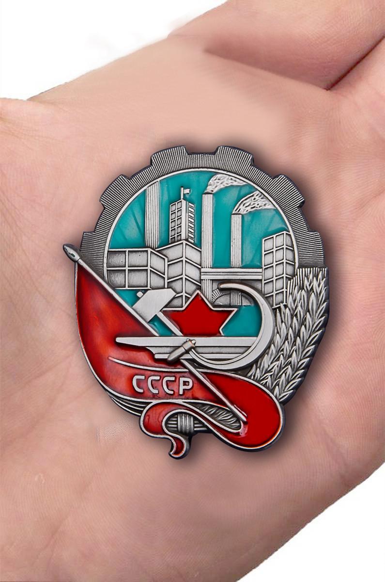 Нагрудный знак За большевистскую подготовку к съезду - вид на ладони