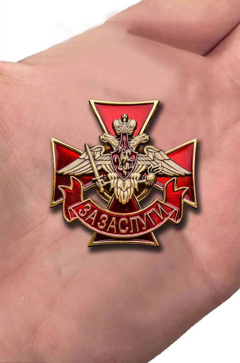 """Нагрудный знак """"За заслуги"""" в бархатистом бордовом футляре - вид на ладони"""