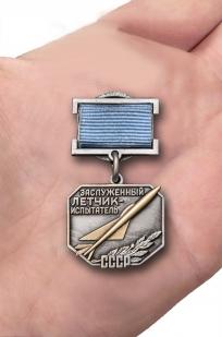 Нагрудный знак Заслуженный летчик-испытатель СССР - вид на ладони