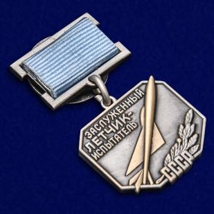 Нагрудный знак Заслуженный летчик-испытатель СССР - общий вид