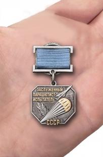 Нагрудный знак Заслуженный парашютист-испытатель СССР - вид на ладони
