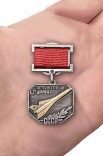 Нагрудный знак Заслуженный штурман СССР - вид на ладони
