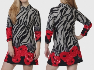 Нарядное платье-трикотаж с живым цветочным принтом.